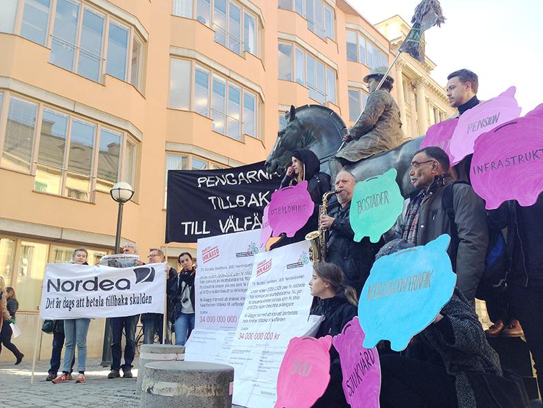 Folkkampanj för gemensam välfärd protesterar utanför Nordeas bolagsstämma.