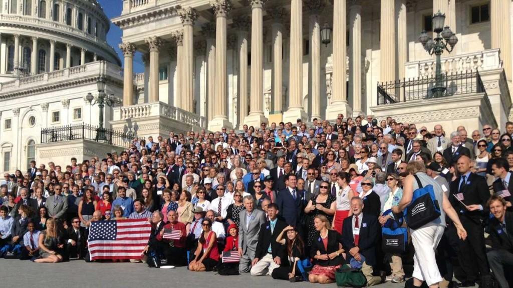 När amerikanska och kanadensiska Citizens Climate Lobby hade sin påverkansdag 2013 (bilden) samlade de 300 volontärer. I år var de 800 som förespråkade en succesivt ökande koldioxidavgift med full utdelning till folket.