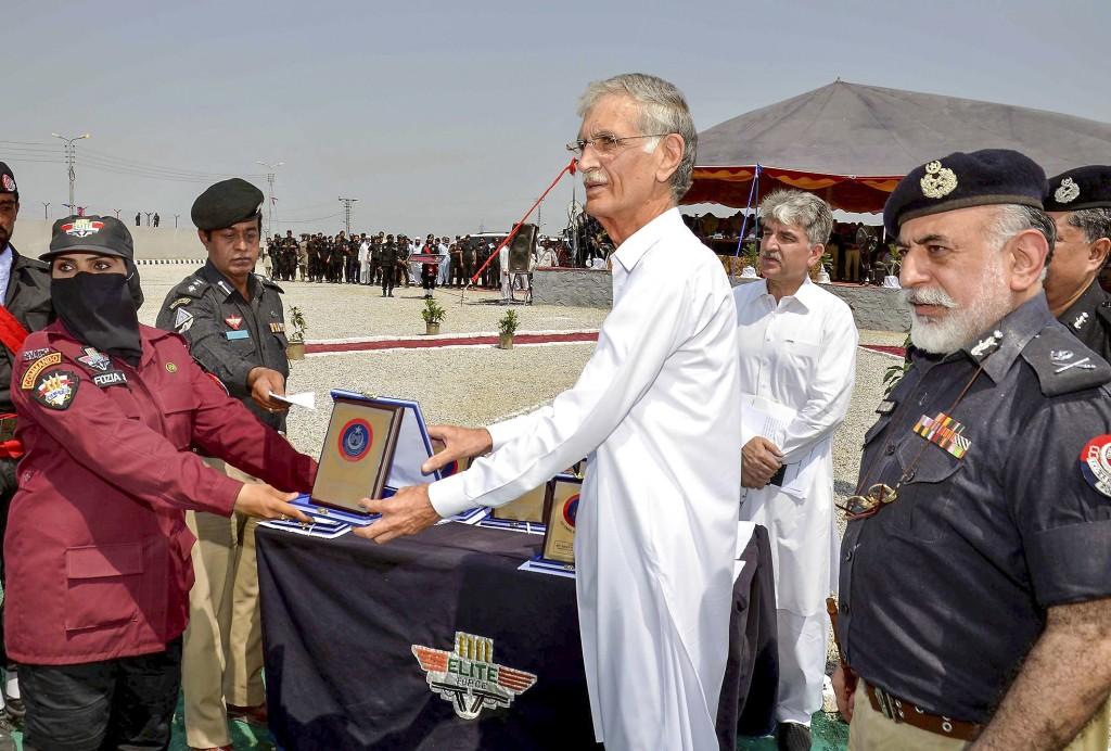 En av de nyutbildade kvinnliga miitärpoliserna i norra Pakistan får sitt examinationsbevis.