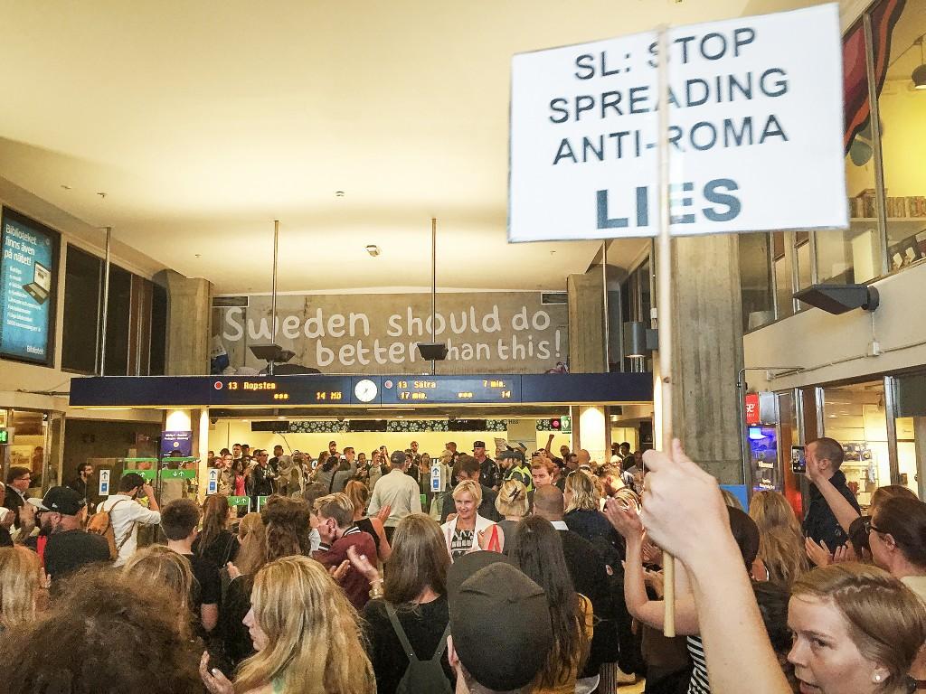 Efter demonstrationen mot SDs reklamkampanj på Norrmalmstorg i Stockholm fortsatte protesterna nere i tunnelbanan. Trots en mur av poliser lyckades några demonstranter riva ner det mesta av annonserna.