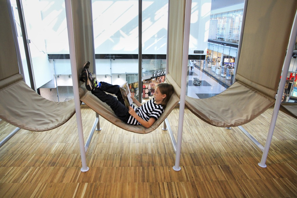 Kista bibliotek har fått nya stora lokaler i en populär galleria. Foto: Stockholms stadsbibliotek