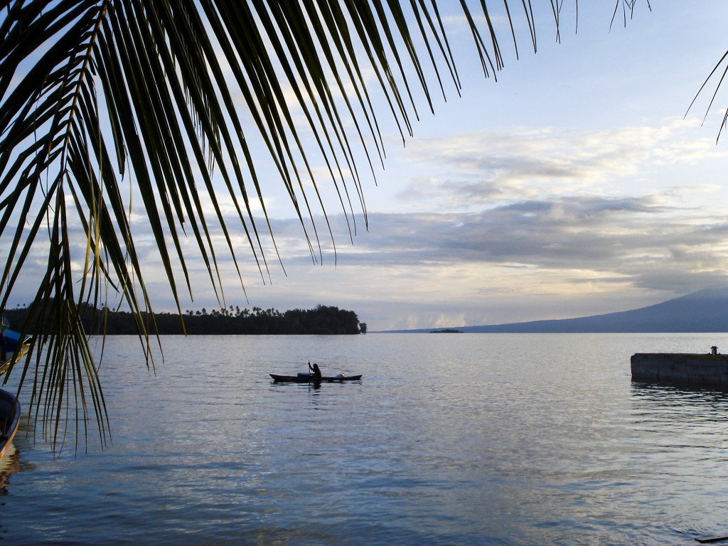 Nästan hälften av de tio miljoner människor som lever på öar i Stilla havet har sina hem nära kusten.