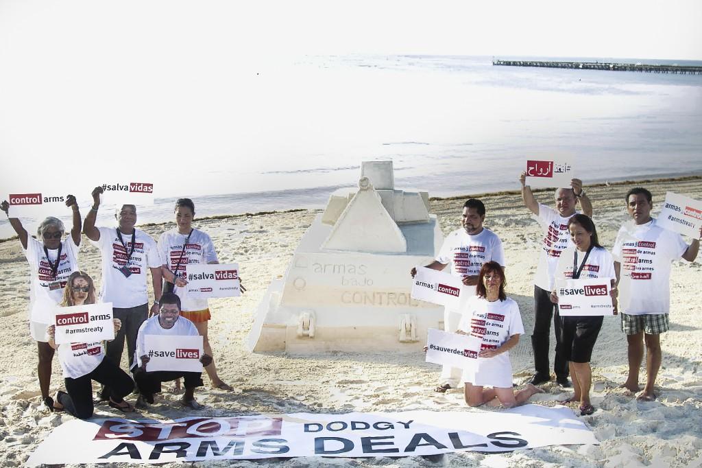 Aktion i Cancun för ett starkt avtal. FN-fördraget Arms Trade Treaty trädde i kraft förra året och är det första i sitt slag. Förhoppningen är att det ska stärka den globala freden och säkerheten genom att hindra illegal handel med vapen. Foto: Control Arms