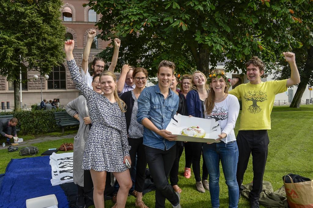 Fältbiologerna har varit mycket aktiva i kampen för Ojnareskogen på norra Gotland. Här firar de med tårta utanför Rosenbad. Foto: Bertil Ericson/TT