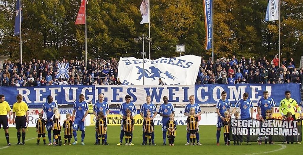 I helgen välkomnades flyktingar från fotbollsläktare över hela landet. Foto: Fare Network/Flickr/Creative commons