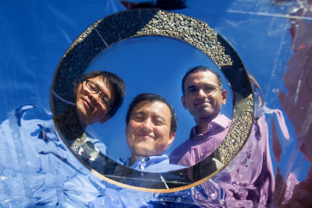 Forskarna Linxiao Zhu, Shanhui Fan och Aaswath P Raman ovanför sin testsolcell. Foto: Fanlab/Stanford university