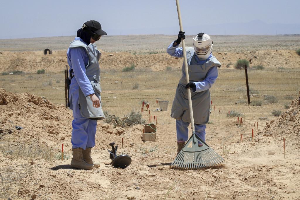 Två kvinnor röjer minor i Jordanien nära den syriska gränsen i norr 2011.  Foto: Nader Daoud/ AP Photo/TT