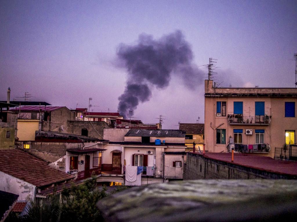 Vissa nätter är det omöjligt att sova, när den giftiga röken från sopbålen tränger in i husen, säger fader Patriciello. Foto: Mauro Pagnano