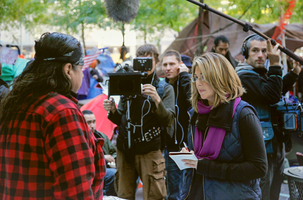 Naomi Klein under inspelningen i New York. I bakgrunden syns  kameramannen  Mark Ó Fearghaíl och  regissören Ave Lewis. Foto: Ed Kashi