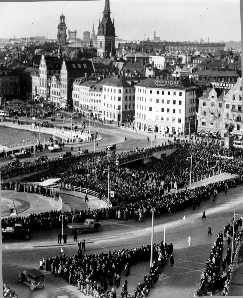 Invigning av Slussen 1935. Många hade velat behålla den unika trafikkarusellen i funktionalistisk stil. Foto: SvD/TT