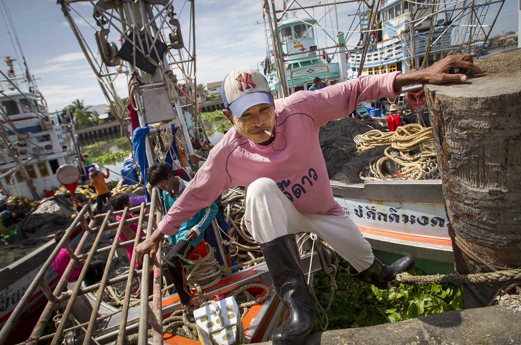 I den thailändska fiskeindustrin arbetar burmesiska fiskare under tvång och hot om våld för ingen eller nästan ingen lön. Men även en avlönad arbetares situation är en sorts slaveri, skriver Jerker Jansson. Foto: Sakchai Lalit/AP/TT