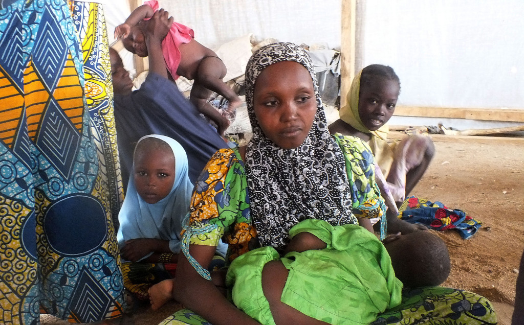 En av många familjer i Kamerun som blivit tvungna att  fly från sina hem på grund av Boko Harams attacker. Foto: Edwin Kindzeka Mokil/AP/TT