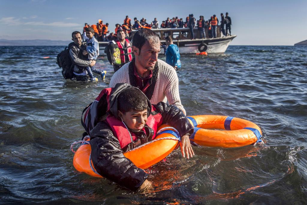 De tillfälliga uppehållstillstånden kommer inte att göra det lättare för Sverige att ta emot flyktingarna – tvärtom, det blir mer administration och sämre integration. Foto: Santi Palacios/AP/TT
