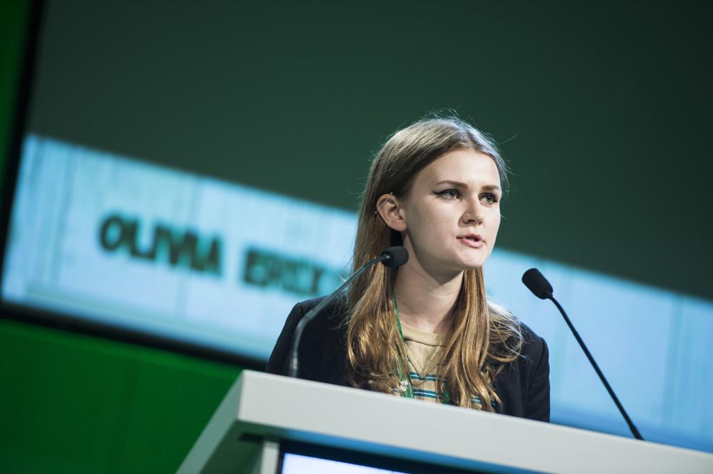 Olivia Eriksson från Centerns ungdomsförbund i talarstolen under debatten om försvarsfrågor på Centerpartiets stämma. Foto: Pontus Lundahl/TT