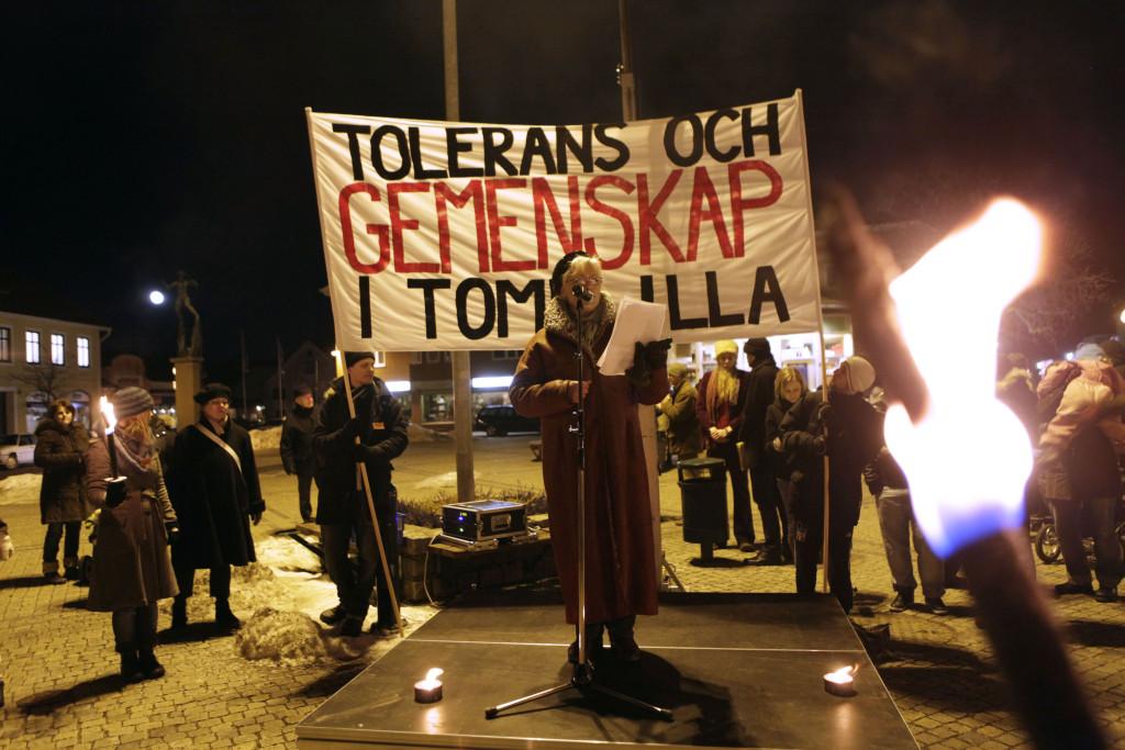 Lotta Hedström talar på en manifestation mot främlingsfientlighet. Foto: Drago Prvulovic/TT