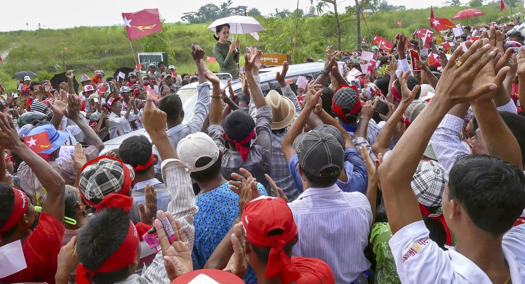 Favorittippade Aung San Suu Kyi talar på ett kampanjmöte. Valet är det första sedan Burma fick en civil regering 2011. I bakgrunden styr dock fortfarande militärjuntan, bland annat genom reserverade platser i parlamentet. Foto: Khin Maung Win/AP/TT