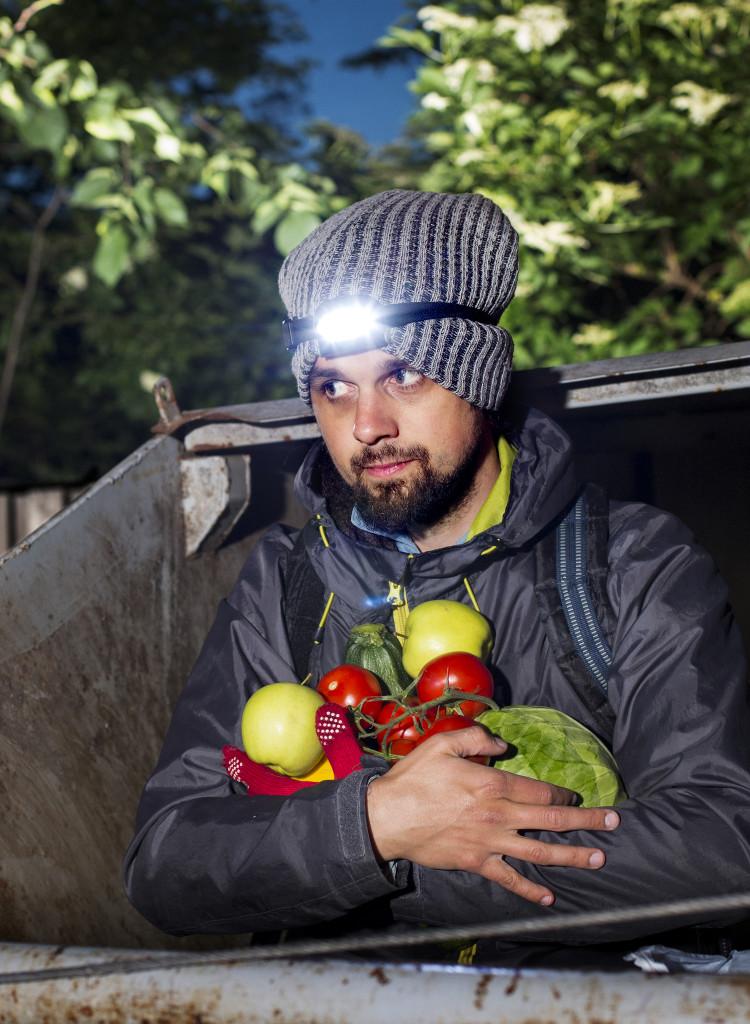 I två år har dumpstraren Andreas Jakobsson levt på mat från butikernas containrar. Foto: Jan-Åke Eriksson