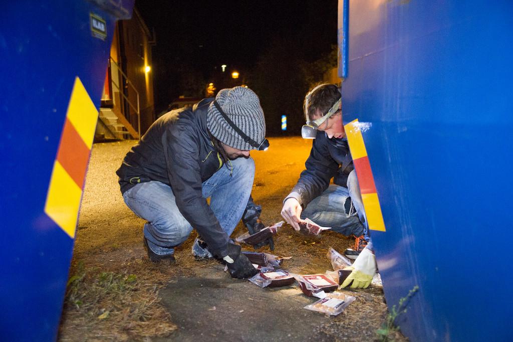 Andreas behöver bara köpa saker som sällan slängs – till exempel salt. I övrigt lever han på dumpstrad mat. Foto: Jan-Åke Eriksson