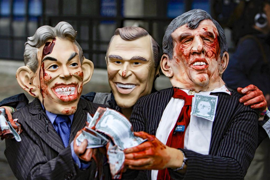 2009 frågades Tony Blair, George W Bush och Gordon Brown ut av en kommission angående kriget i Irak. De här demonstranterna var med på en manifestation utanför. Foto: Lefteris Pitarakis/AP/TT