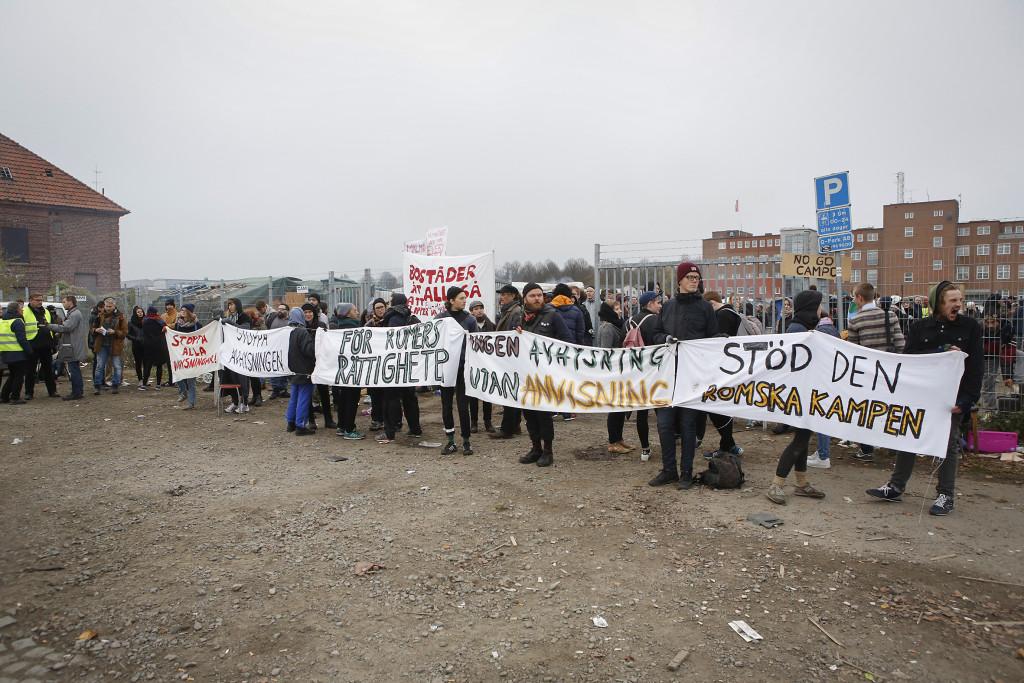 Aktivister och EU-migranter försökte förgäves stoppa den avhysning som har begärts av kommunen. Foto: Drago Prvulovic/TT