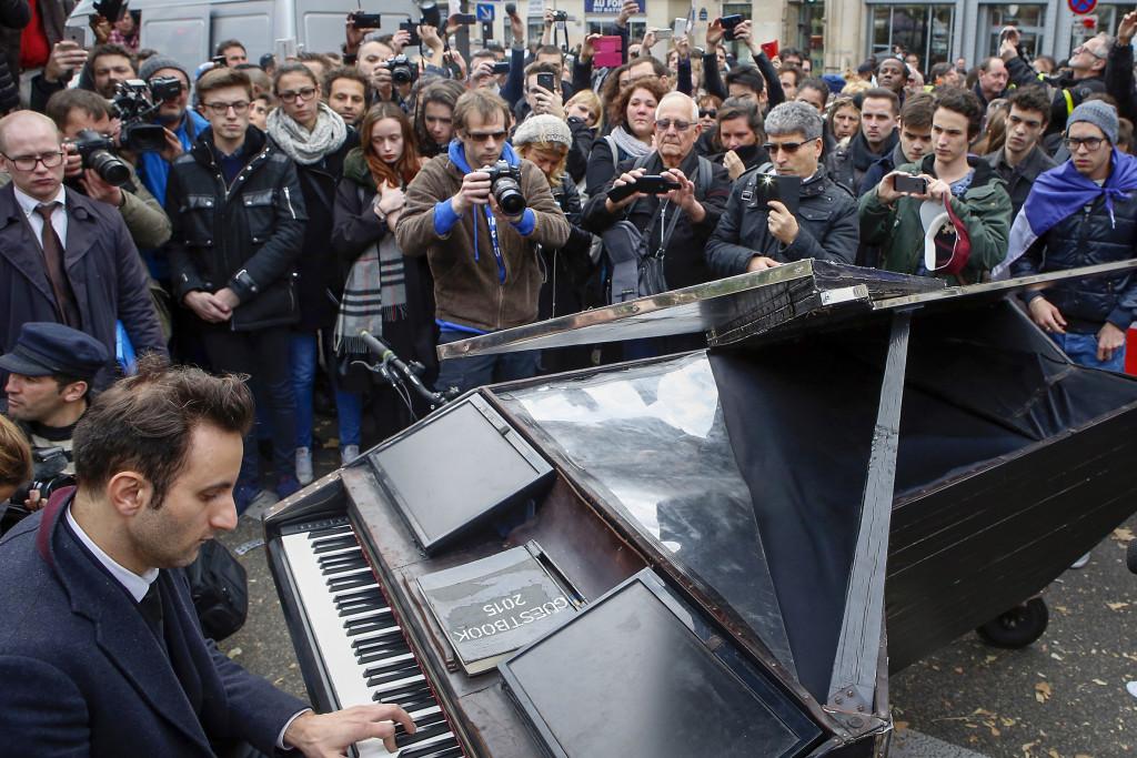 En pianist kom cyklande med sitt piano och spelade John Lennons Imagine utanför konserthallen Bataclan, där mer än 80 personer dödades den 13 november. Foto: Francois Mori/AP/TT