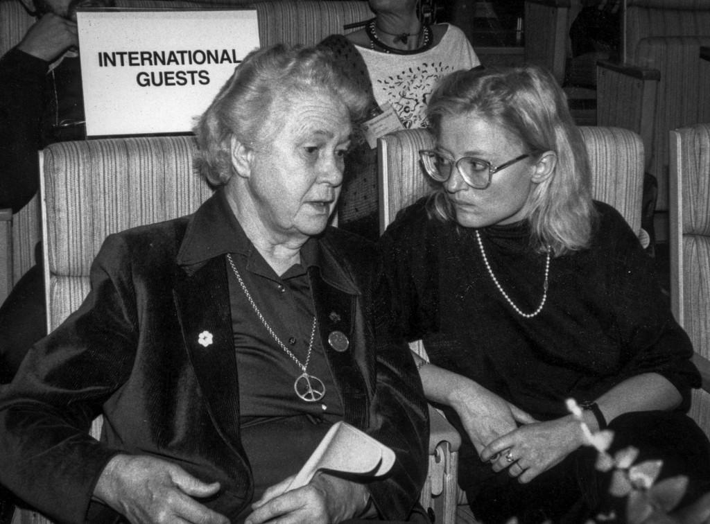 Inga Thorsson var ordförande i den svenska nedrustningsdelegationen 1973–1985. Här är hon på S-kongress med Anna Lindh 1987. Foto: Bertil Ericson/TT
