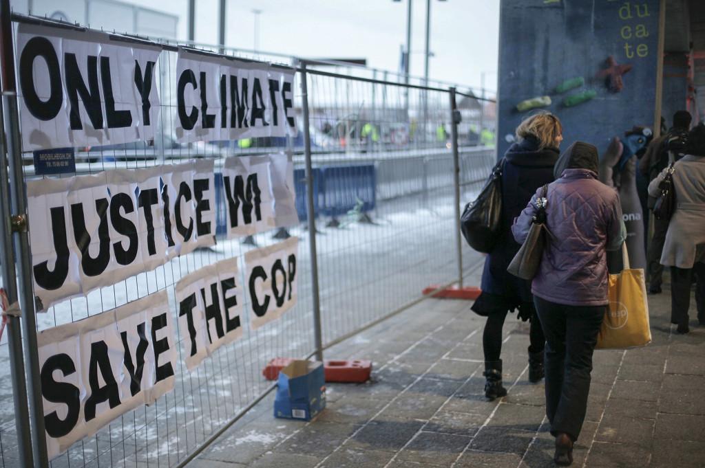 """""""Endast klimaträttvisa räddar COP"""" – från klimatmötet i Köpenhamn 2009 passerade detta budskap på vägen in i förhandlingslokalerna. Foto: Peter Dejong/AP/TT"""