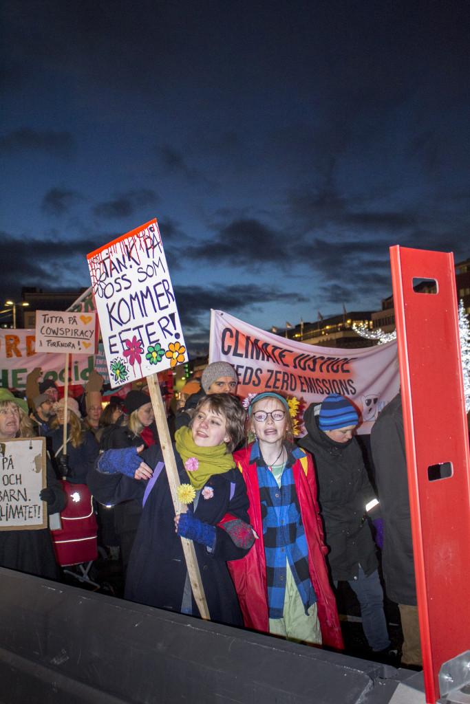 Den som flyr har inget val, ingen människa är illegal, skanderade demonstranter på Mynttorget i Stockholm. Foto: Sofia Härén