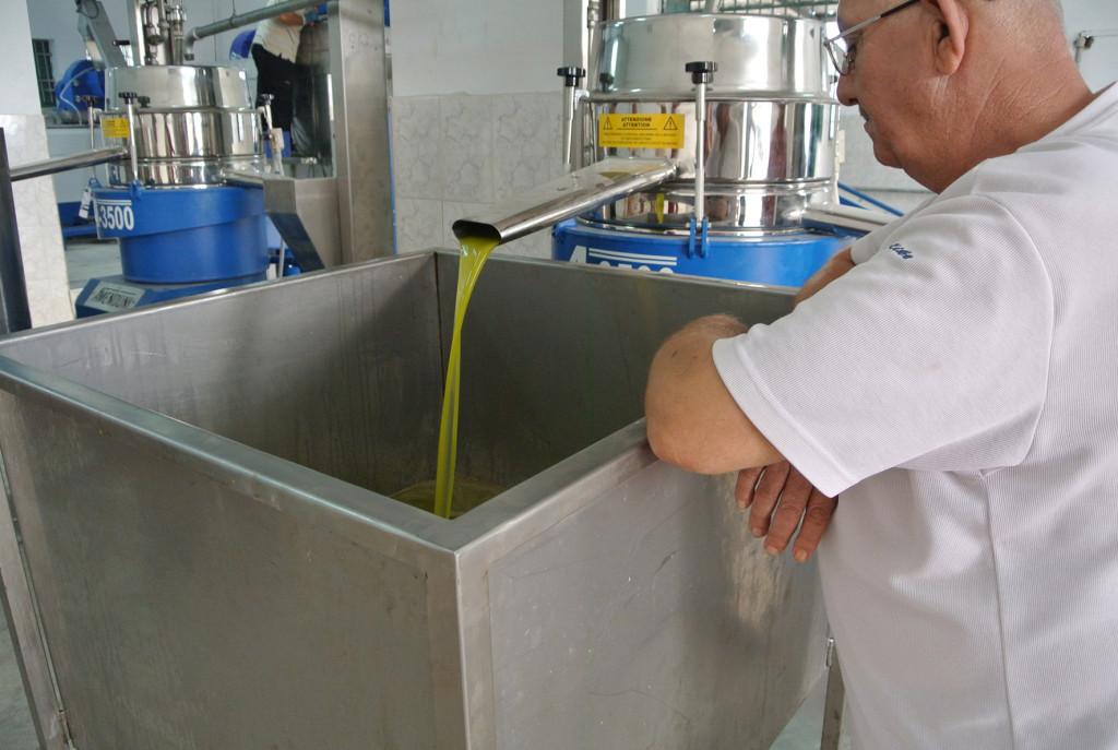 Olivpressen är en stor investering för kooperativen. Foto: Per Erixon