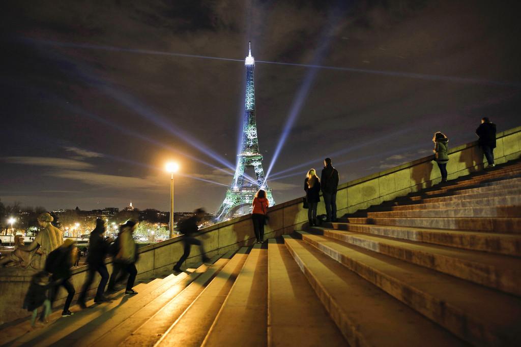 """""""One heart one tree"""" heter den här ljusinstallationen på Eiffeltornet som ingår i COP21 i Paris. Foto: Laurent Cipriani/AP/TT"""