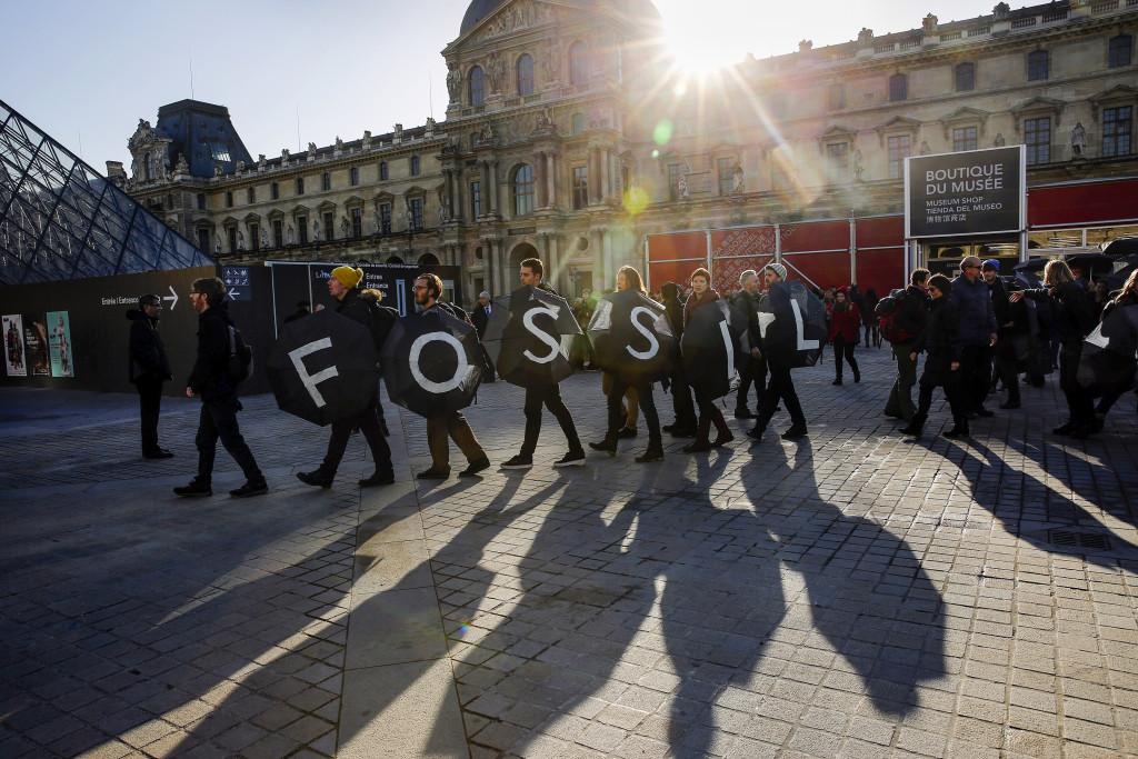 Efter COP21 är de fossila bränslenas dagar lätt räknade. Eller? Foto: Christophe Ena/AP/TT