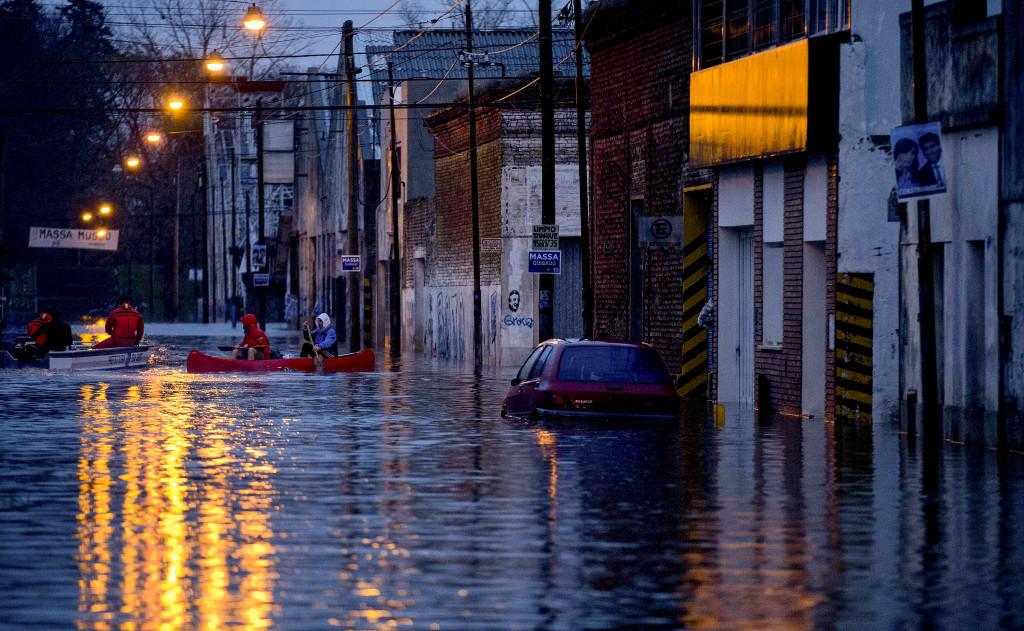 För frivilligorganisationerna handlar klimatarbetet inte längre om framtiden utan om verkligheten för dem som redan drabbas hårt av regn och stormar. Som invånarna i Lujan i Argentina, där det var översvämningar efter hårda regn i augusti. Foto: Natacha Pisarenko/AP/TT