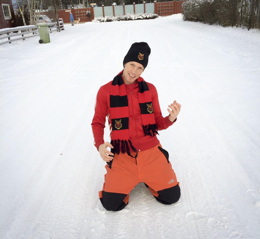 Patrik Olsson visar upp årets hållbara julklapp – luftgitarren. Foto: Privat