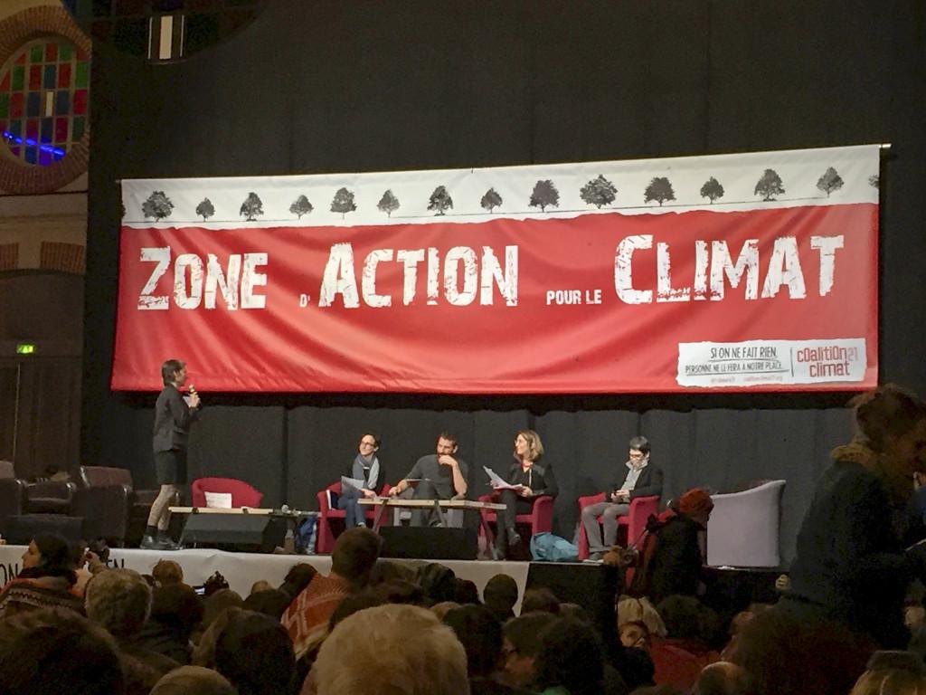 Författaren Naomi Klein och den tyske välkände aktivisten Tadzio Müller deltar i ett öppet forum på Zac, mötesplatsen för miljörörelsen under klimattoppmötet i Paris.