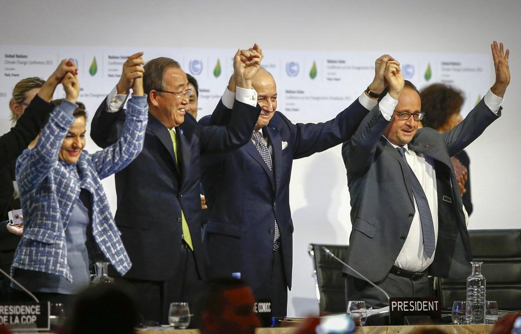 Äntligen – ett klimatavtal! Men trots de högt ställda ambitionerna räcker inte avtalet för att hejda klimatkrisen. Foto: Francois Mori/AP/TT