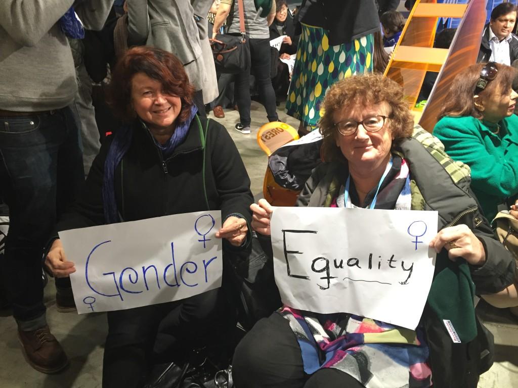 Ewa Larsson och Eva Hallström deltar i en aktion inne på Le Bourget. Foto: Benita Eklund