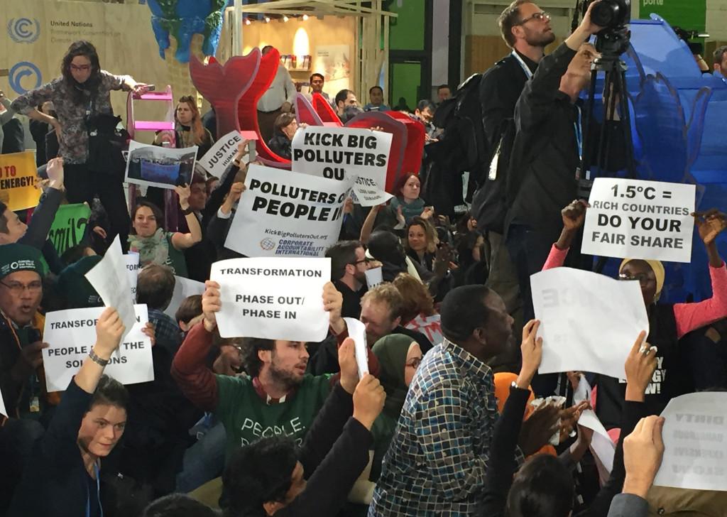 På onsdagen samlades ackrediterade från civilsamhället till en manifestation som var sällsynt stor och ljudlig för att gå av stapeln inne på ett klimatkonferensområde. Fokus var klimaträttvisa och att ambitionsnivån måste höjas rejält.