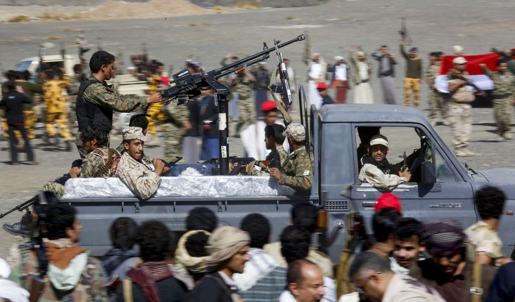 Huthisoldater i Jemen vaktar ett huthimöte i Sanaa. Konflikten i Jemen kan klassas som krig, men får inte mycket uppmärksamhet i svenska media. Foto: Hani Mohammed/AP/TT