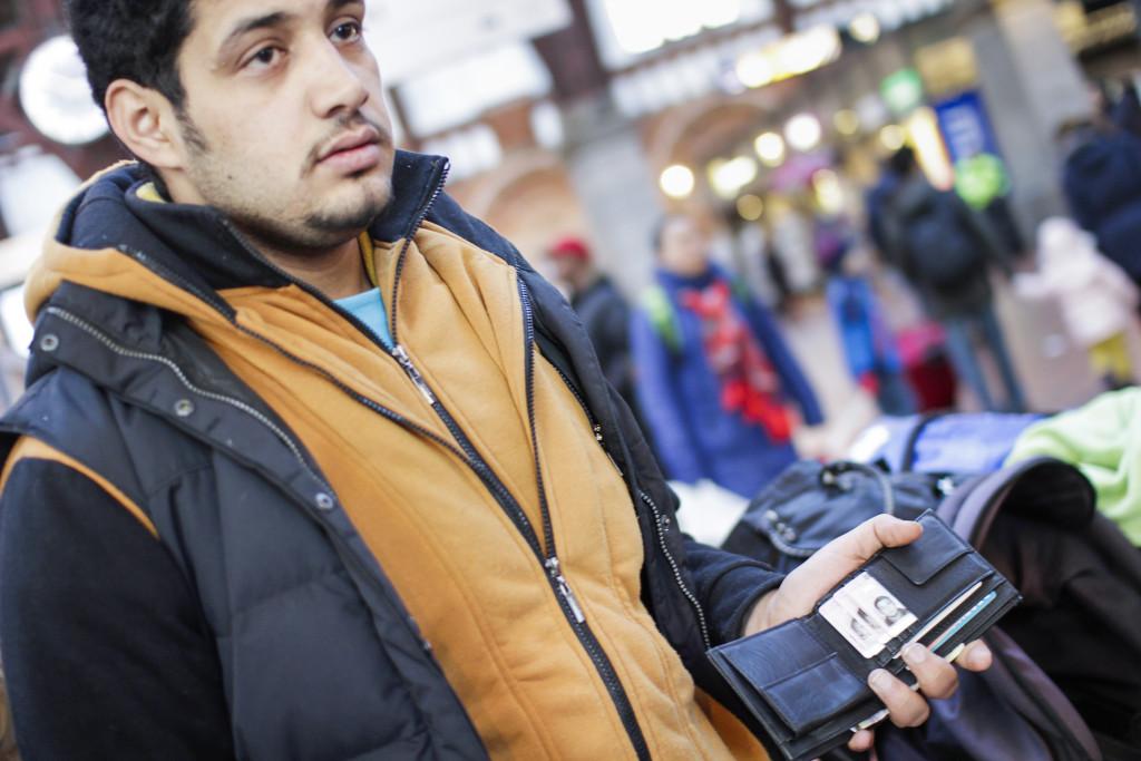 Jehad Abuowda har sin palestinska familjs id-kort i plånboken. De är några av få flyktingar som får passera gränskontrollerna i Kastrup och Hyllie måndagen den 4 januari. Foto: Jenny Eriksson