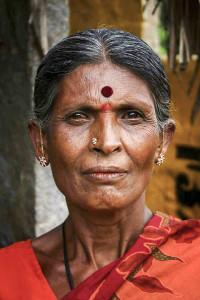 Bindi, den traditionellt hinduiska symbolen i form av en röd prick på pannan, har blivit populärt som utsmyckning även i väst, vilket kritiseras av en del. Foto: Duncharris