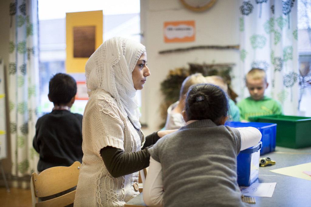 Ruba Saffour från Homs hjälper nyanlända barn med språket i Mariedalsskolan i Vänersborg. Foto: Björn Larsson Rosvall/TT