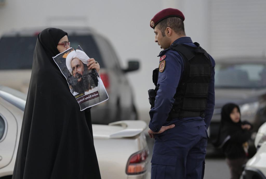En kvinna i Bahrain protesterar mot Saudiarabiens avrättning av den shiitiske religiöse ledaren Sheikh Nimr al-Nimr i början på januari tillsammans med 46 andra. Den 14 januari uppmärksammas även dödsdomen mot poeten Ashraf Fayadh över hela världen. Foto: Hasan Jamali/AP/TT