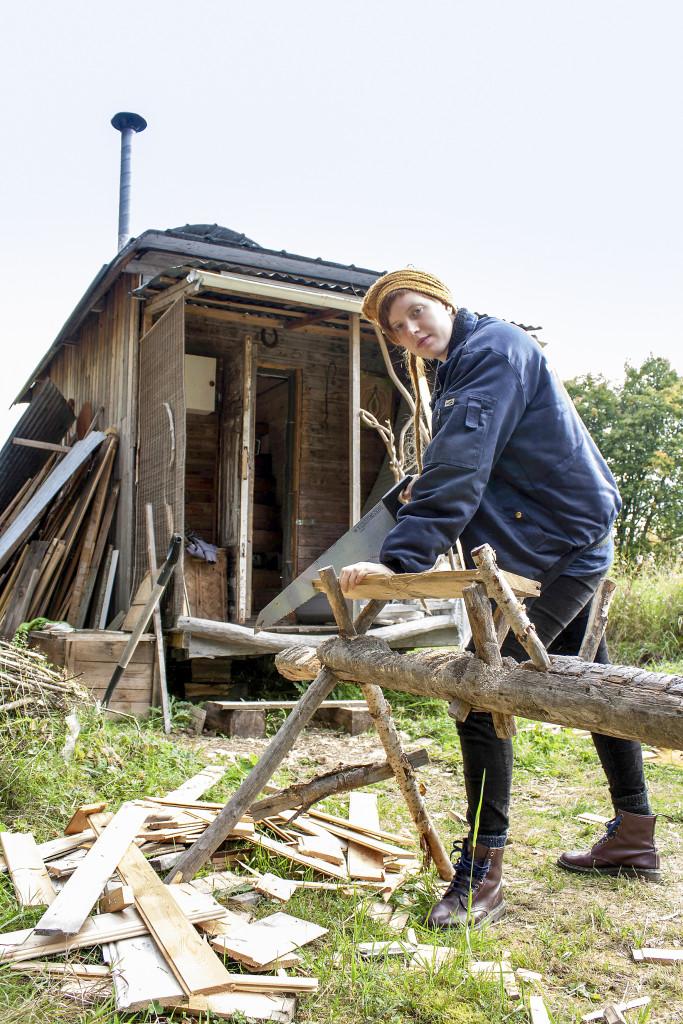 """""""Allt tar mer tid att göra utan el, som att såga för hand"""" säger Gro Eklöf. Foto: Carin Emenius"""