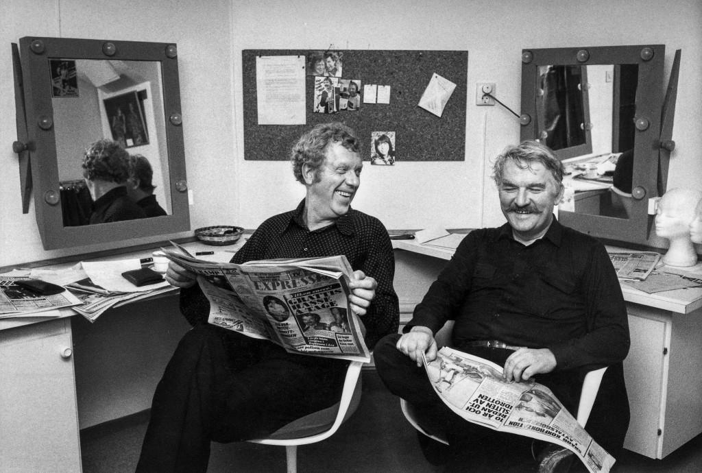 """Tage Danielsson och Hasse Alfredsson läser recensionerna av sin revy """"Under dubbelgöken"""" som spelades på Berns i Stockholm 1979. Foto: Ragnhild Haarstad/SvD/TT"""