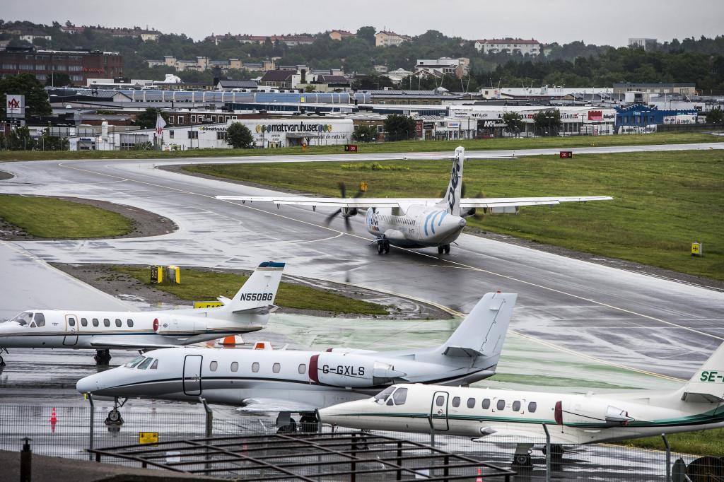 Regeringens beslut att lägga ner utredningen om Bromma flygplats framtid är ett dråpslag mot Stockholms stadsutveckling och kommer att öka klimatutsläppen, skriver Vänsterpartiets Jens Holm och Rikard Warlenius. Foto: Lars Pehrson/SvD/TT