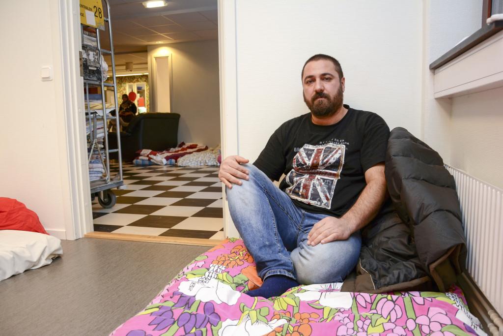 Refugees Welcome har brett ut madrasser på golven i ett rum för kvinnor och ett för män. Foto: Emma Åhman