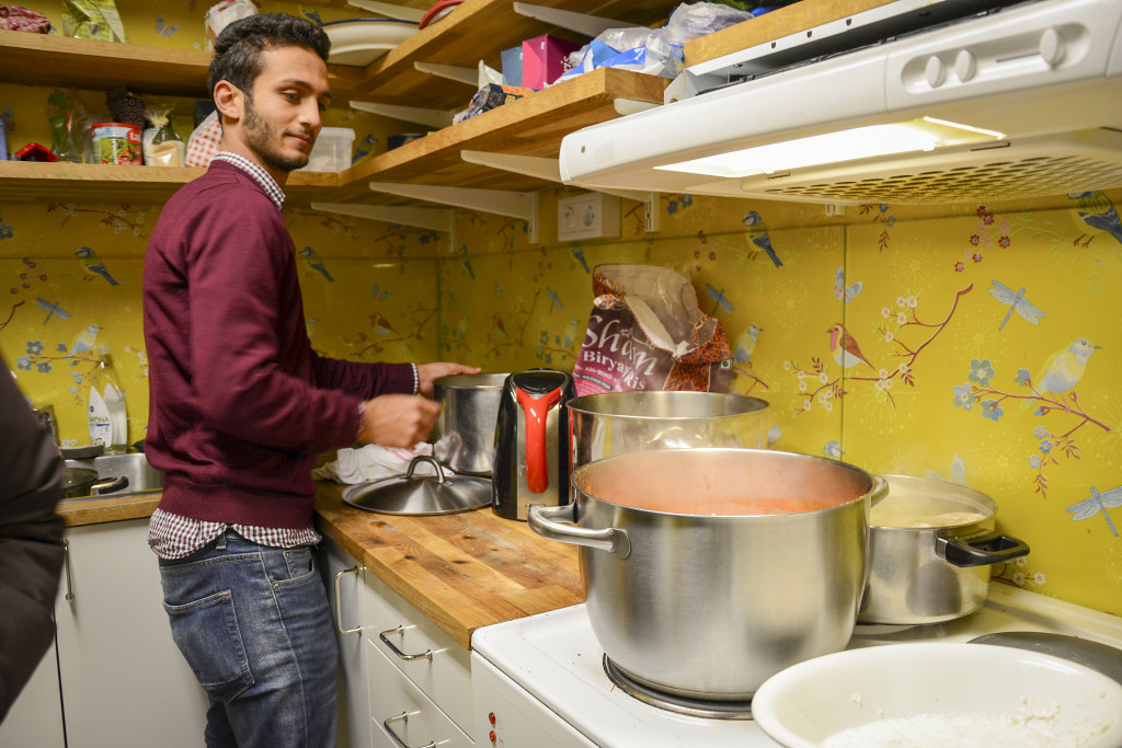 Det är lunch på gång i Refugees Welcomes boende. Foto: Emma Åhman