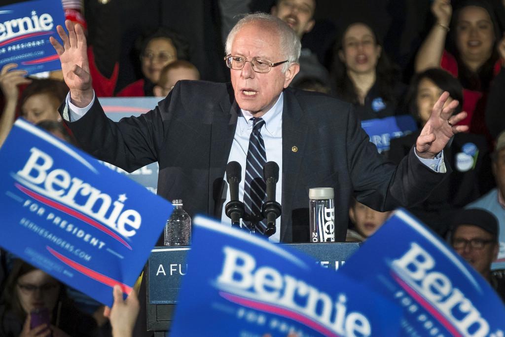 Demokratiska presidentkandidaten Bernie Sanders talar på ett valmöte i Des Monies, Iowa i söndags. Foto: J. David Ake/AP Photo/TT