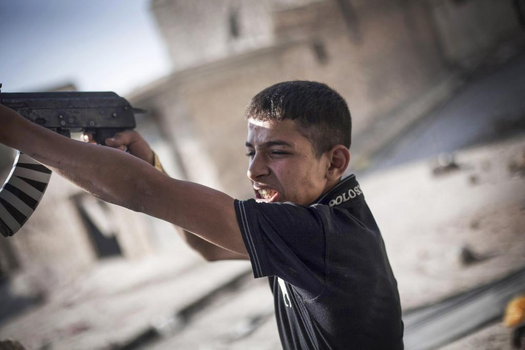 En FSA-soldat skjuter mot syriska arméns positioner i Amaryia- distriktet i Aleppo, september 2012. Foto: Manu Brabo/AP Photo/TT