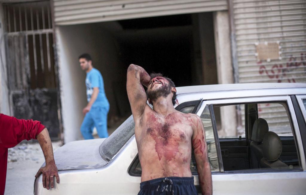 En syrisk man gråter utanför sjukhuset Dar El Shifa i Aleppo, efter att hans dotter sårats i en attack av Syriens flygvapen mot en skola där hundratals flyktingar sökt skydd, oktober 2012. Foto: AP Photo/ Manu Brabo/TT.